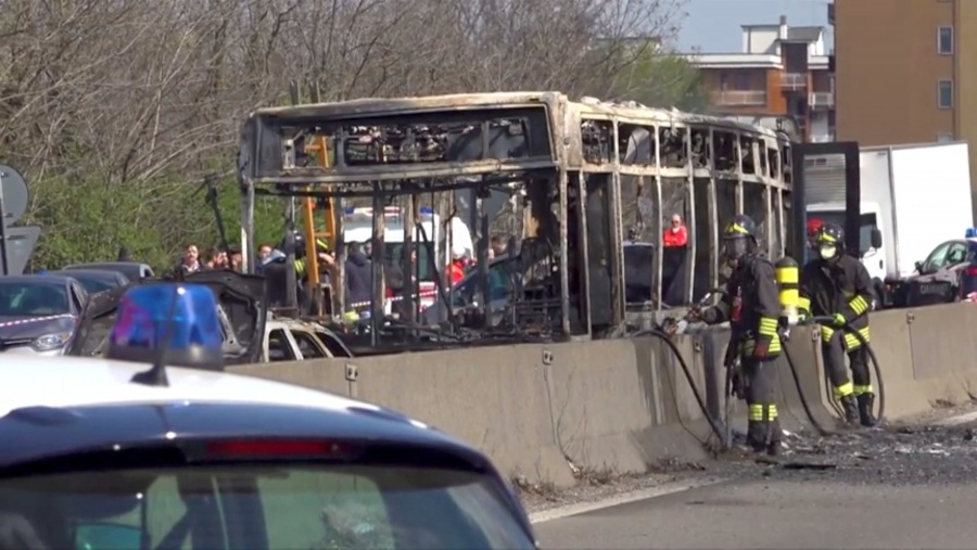 Secuestra un autobús y le prende fuego con 51 estudiantes en Italia