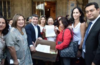 Entregan 23 mil firmas a Sheinbaum para resignar presupuesto a estancias infantiles