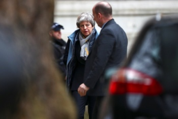 Theresa May pide postergar acuerdo definitivo del Brexit