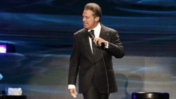 Luis Miguel golpea a integrante de su staff en pleno concierto: VIDEO