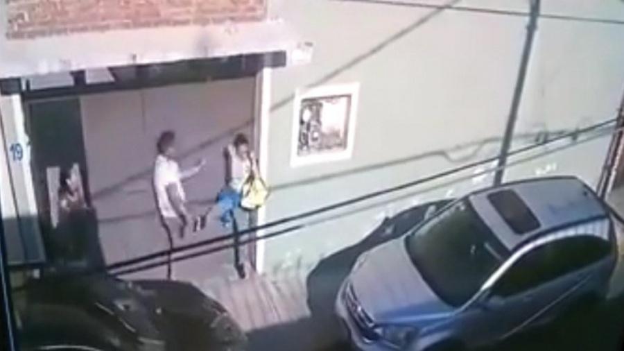 Golpea mando policiaco a una mujer en la puerta de su casa