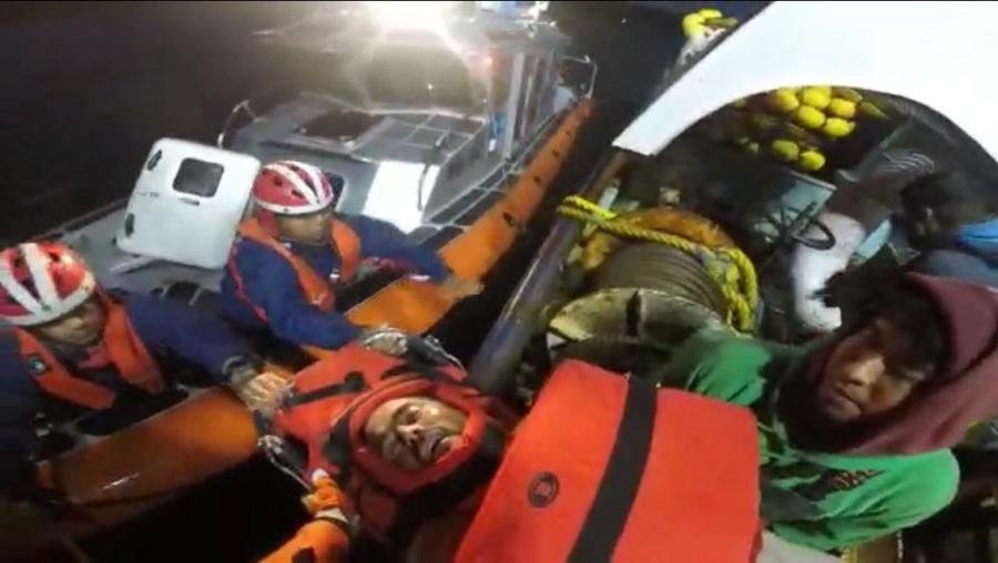 Marina rescata a tripulante de una embarcación pequeña en Baja California