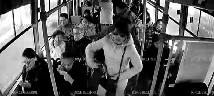 Mujer lidera asalto en transporte público en Iztapalapa (VIDEO)