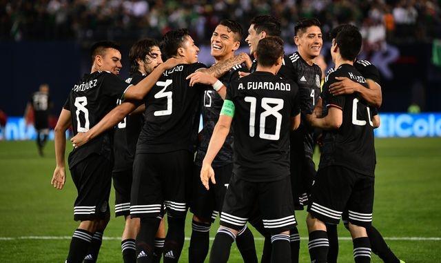 México vence a Chile en el debut del Tata Martino