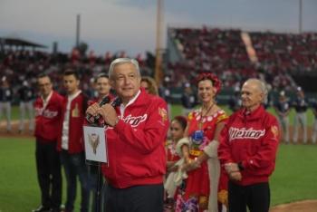 AMLO inaugura el estadio de Diablos Rojos y asegura que ponchará a la mafia del poder