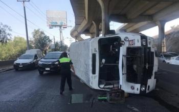 Vuelca microbús en la Autopista México-Querétaro; hay al menos 2 heridos