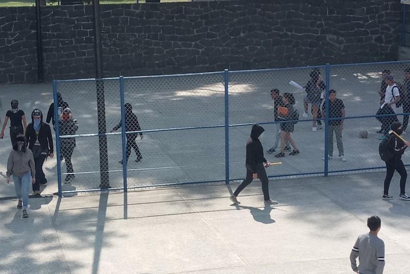 Jóvenes encapuchados toman instalaciones de la Prepa 6