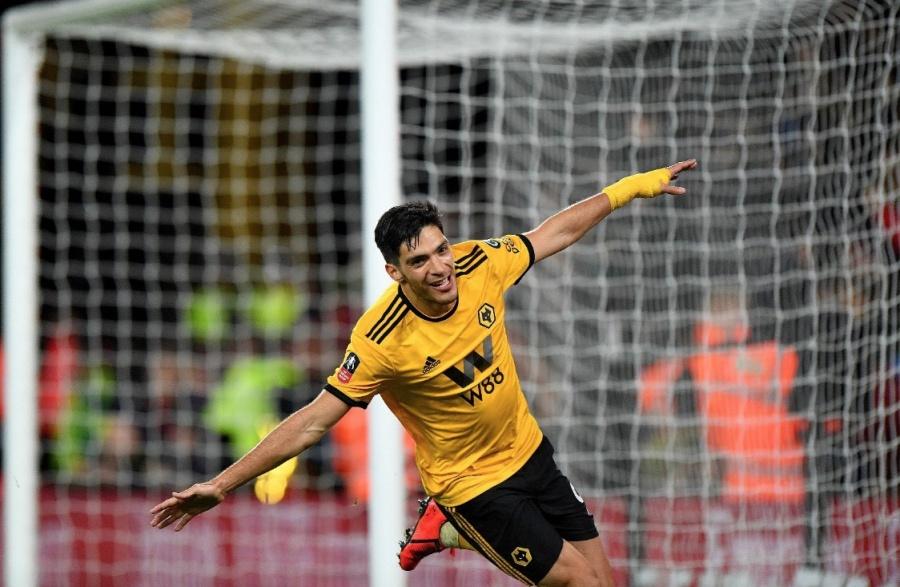 Wolverhampton habría ejecutado opción de compra por Raúl Jiménez