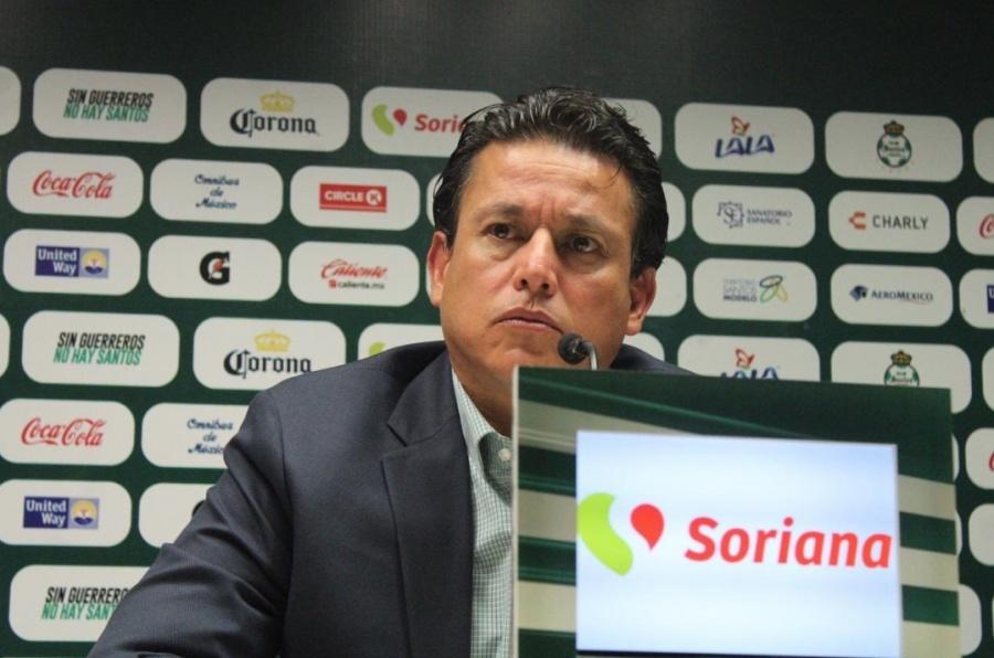 Santos destituye a Salvador Reyes