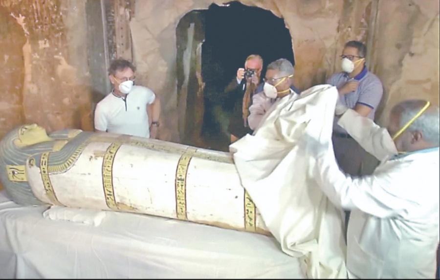 Apertura de sarcófago egipcio, en vivo.