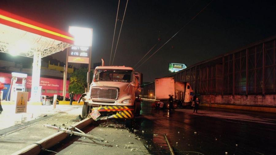 Choque de tráiler y pipa de gasolina provoca caos vehicular en Circuito Interior