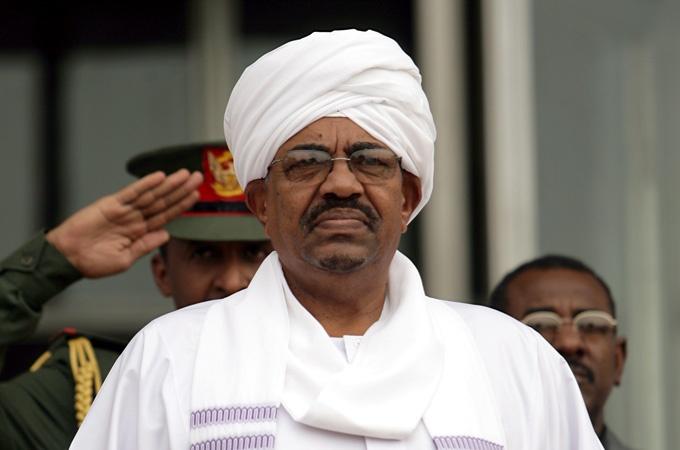 Dimite presidente de Sudán tras presión del ejército