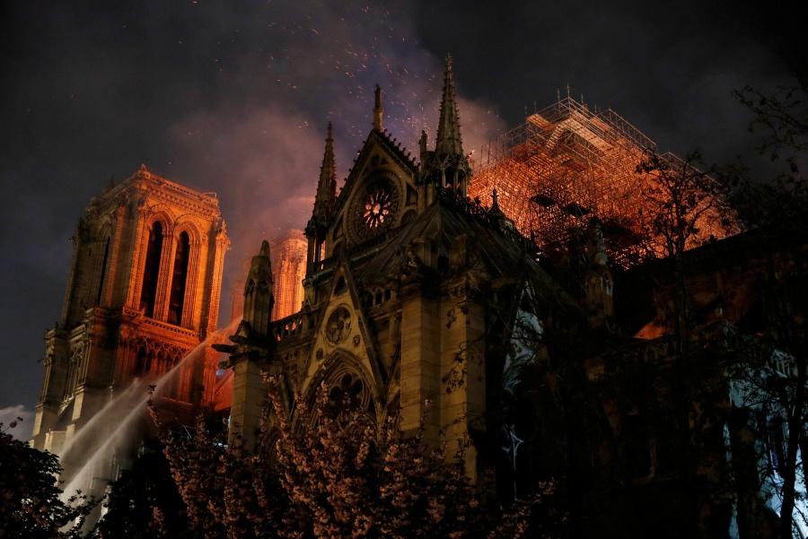 Fiscalía parisina inicia investigación por incendio en Notre Dame