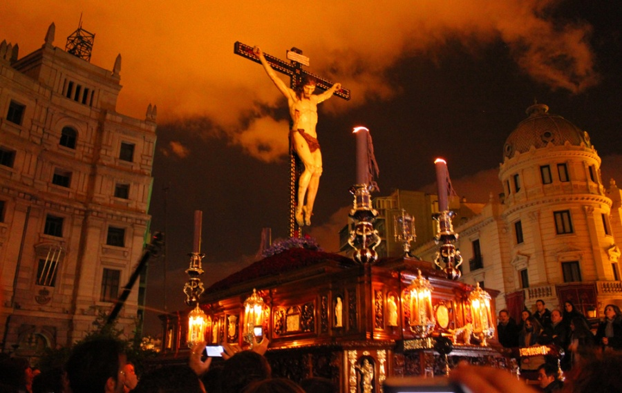 Fuertes lluvias cancelan procesiones en Granda, España