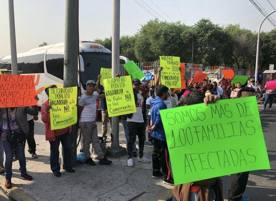 Ambulantes bloquean avenida para presionar a Alcalde