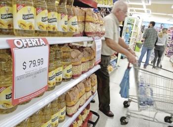 Argentina busca frenar la crisis, congela precios