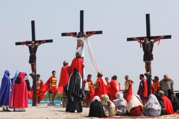 Turistas observan crucifixiones reales en Filipinas