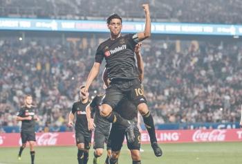 Con 10 goles, Carlos Vela hace suya la temporada