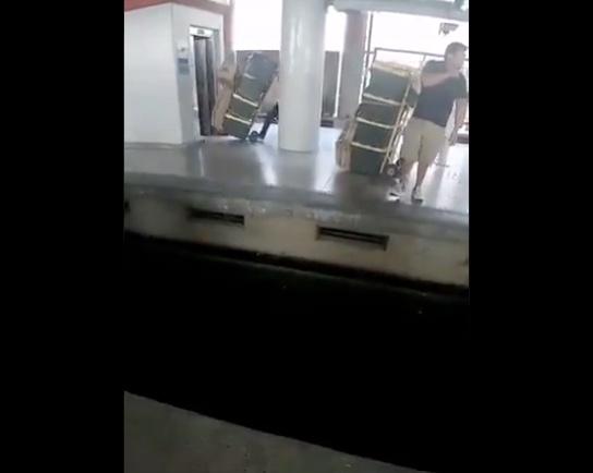 Captan a vagoneros transportando mercancía en elevadores del Metro