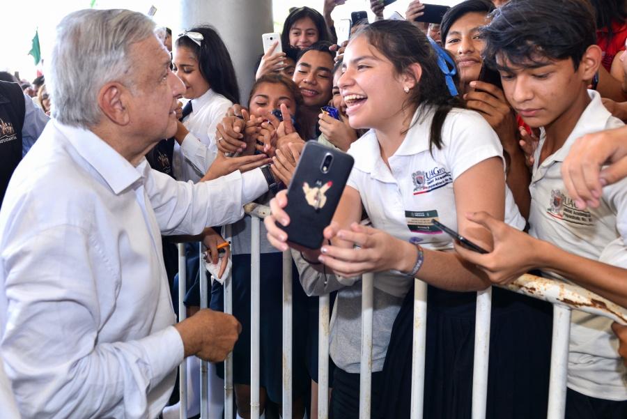 López Obrador defiende recursos económicos a jóvenes