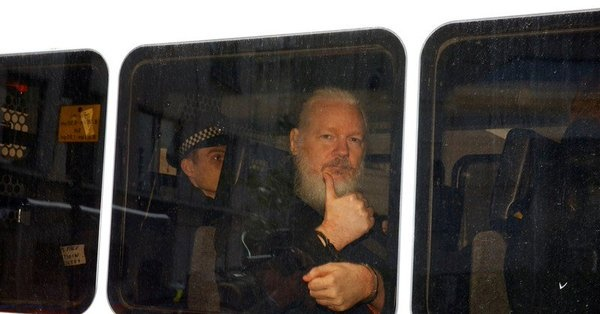 Condenan a casi un año de cárcel a Julian Assange
