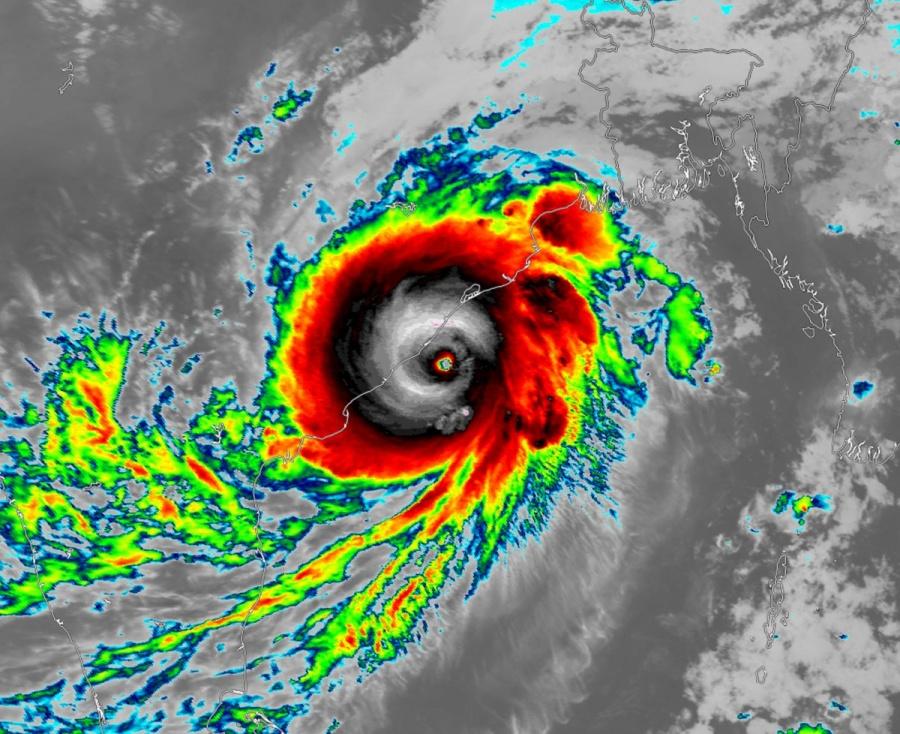 """Personas son evacuadas por huracán """"Fani"""" en la India"""