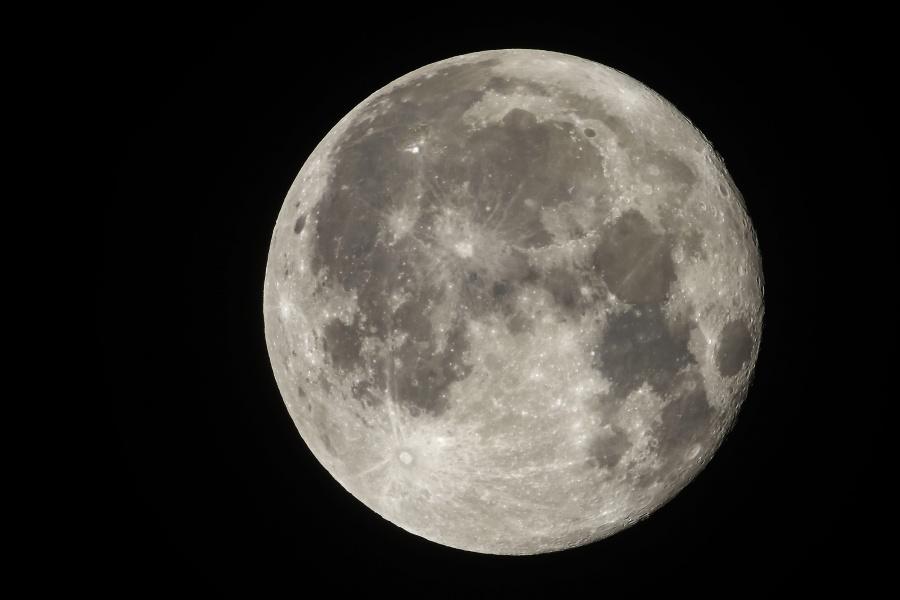 Descubren velocidad del meteoro que chocó contra la Luna