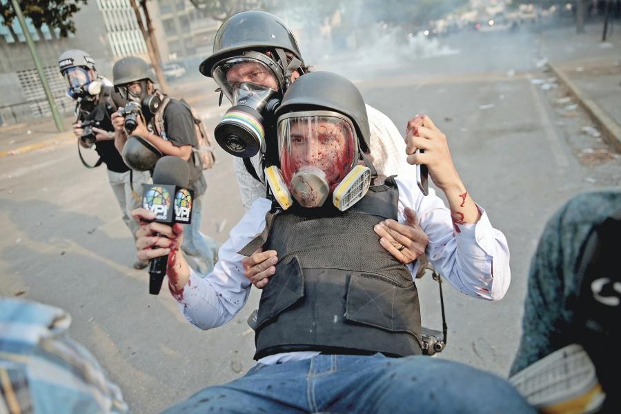 Policía de Maduro hiere a 77 en nueva ola de protestas
