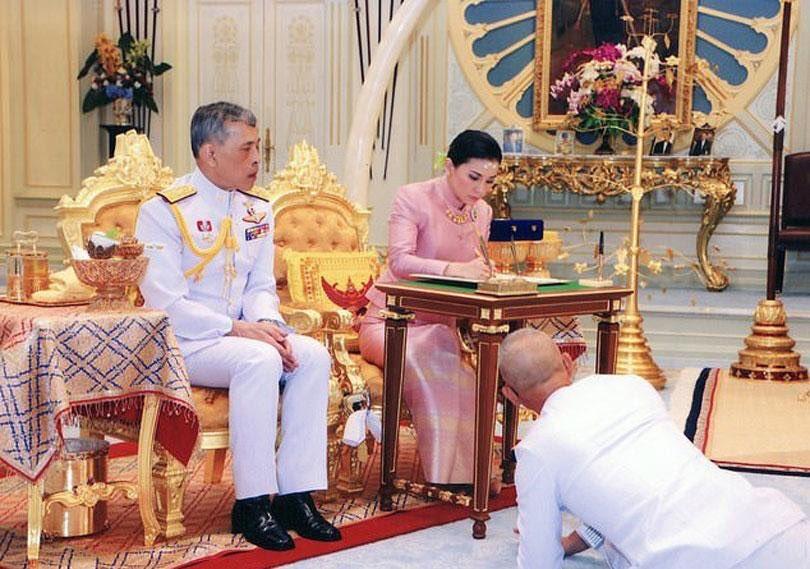 Rey de Tailandia se casa en secreto con su guardespaldas