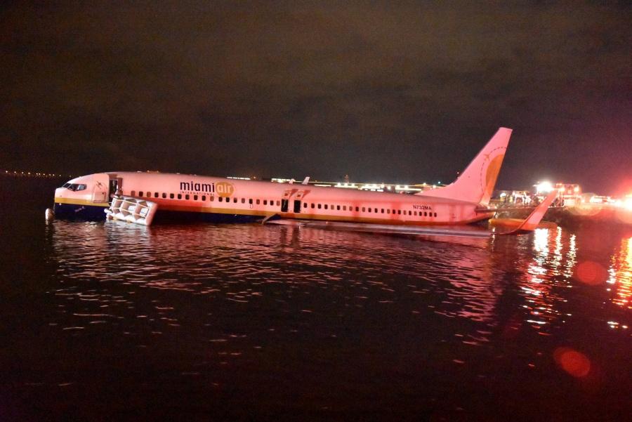 Boeing cae a río tras aterrizaje fallido en Florida