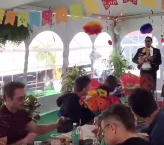 Avengers disfrutan comida al ritmo de mariachis