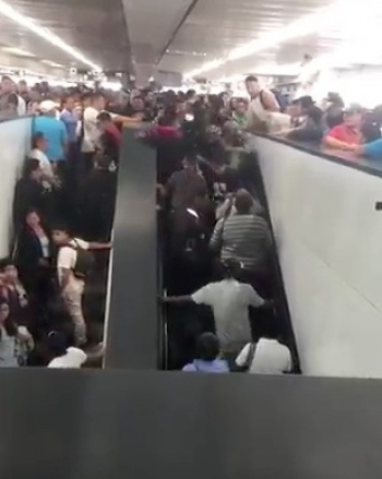 Mujeres se accidentan en escaleras eléctricas de Pantitlán