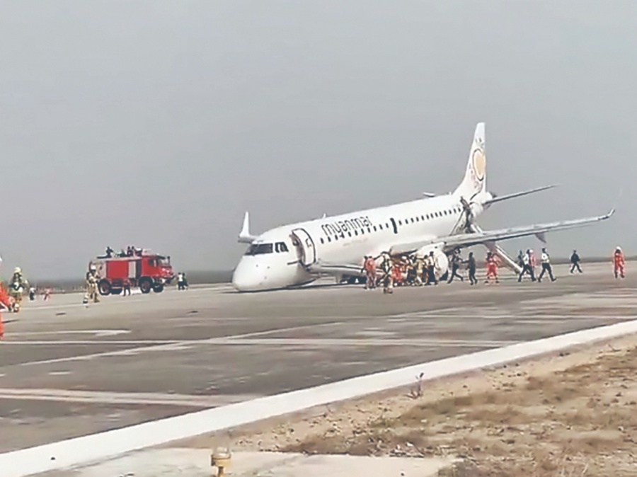 Piloto aterriza avión sin ruedas; salva a 89