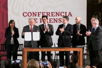 Firman acuerdo para refinanciar deuda de Pemex