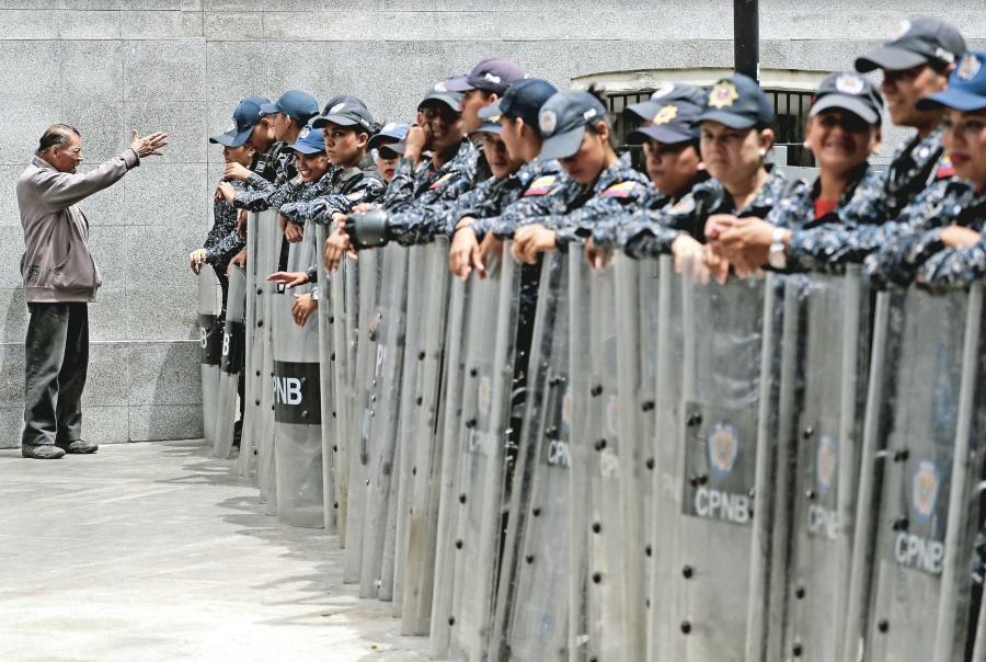 Policía chavista toma Congreso; Corte va por fuero de 4 Diputados