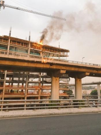 Se registra incendio en edificio en construcción en Periférico y San Jerónimo