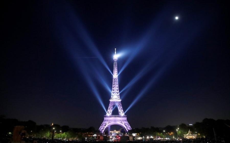 Celebra París a la Torre Eiffel