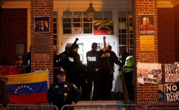 Policía de EU desaloja embajada de Venezuela en Washington