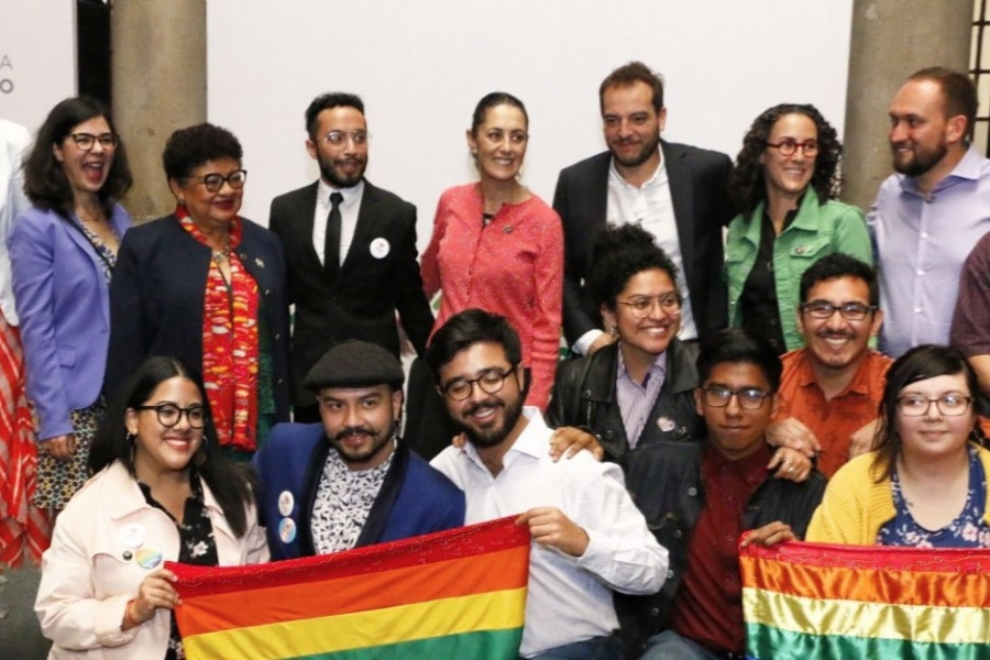 Develan en CDMX placa de Ciudades Arcoíris por el Día contra la Homofobia