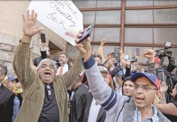Guaidó libera a preso de Maduro; toma control de embajada en EU