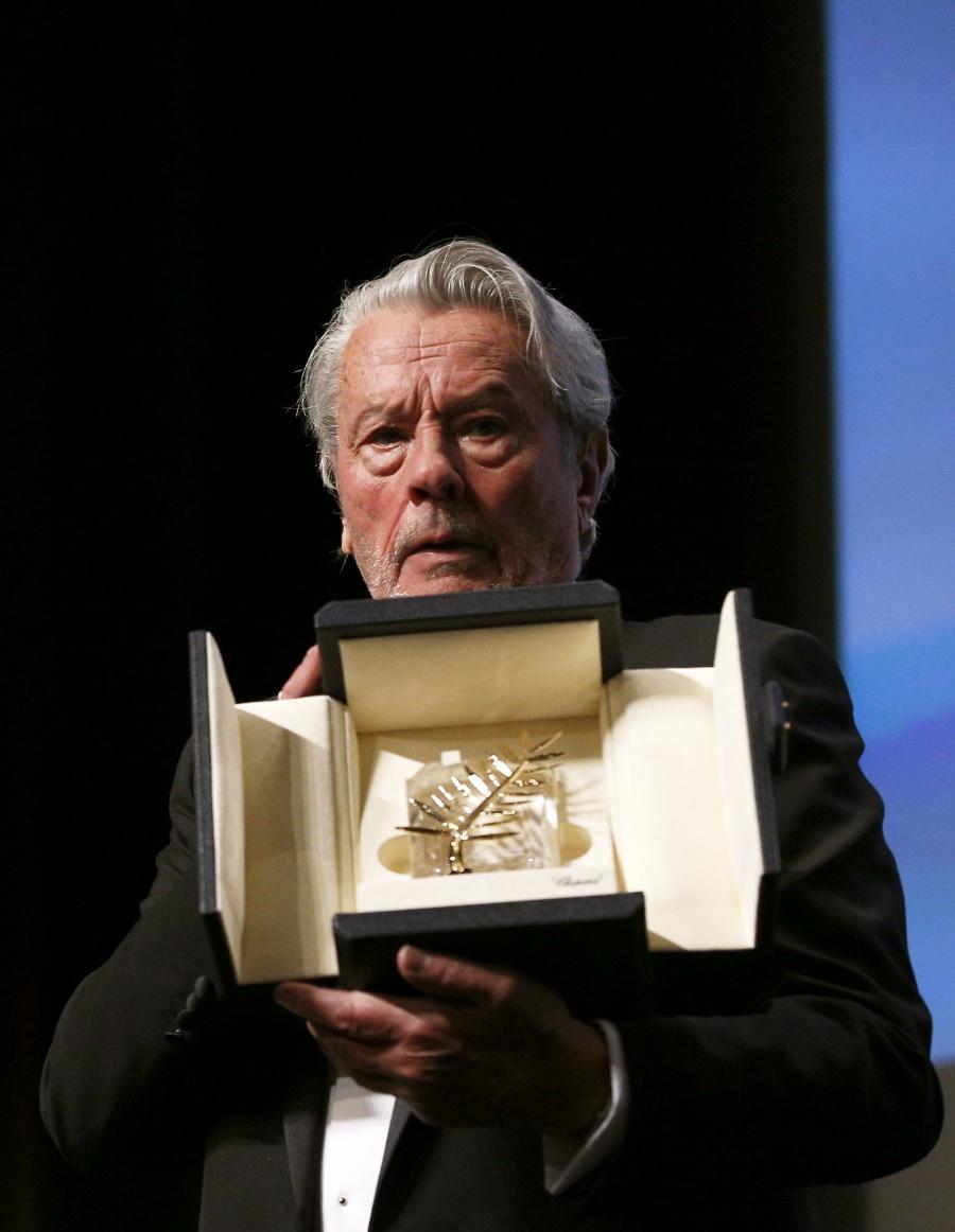 Con lágrimas, Alain Delon recibe la Palma de Oro de Honor