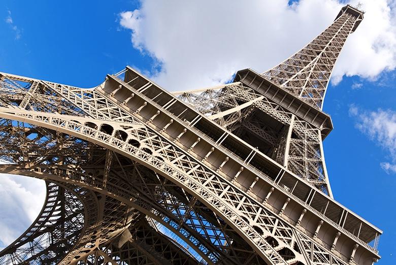 VIDEO: Cierran y desalojan la Torre Eiffel por hombre que intentaba escalarla