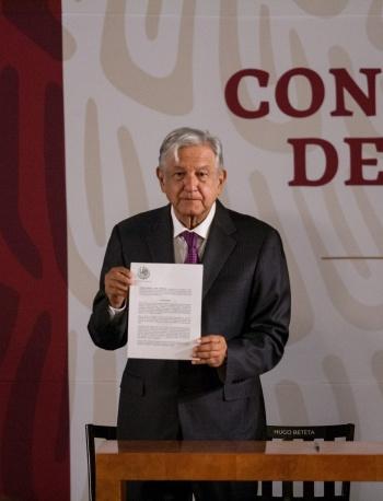 """Se acabó el """"huachicol de cuello blanco"""", AMLO firma decreto para limitar condonación de impuestos"""