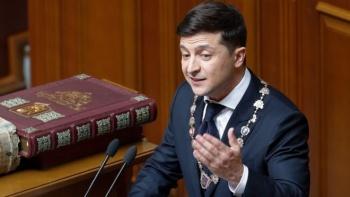 Volodymyr Zelensky asume la presidencia de Ucrania y anuncia la disolución del Parlamento