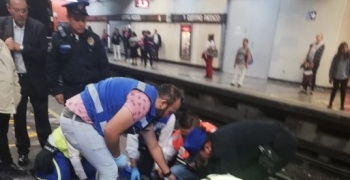 Mujer se asoma y recibe fuerte golpe en el Metro