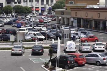 Impulsa Morena eliminar cobro en estacionamiento de centros comerciales