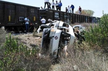 Tren embiste a combi de pasajeros en Huehuetoca