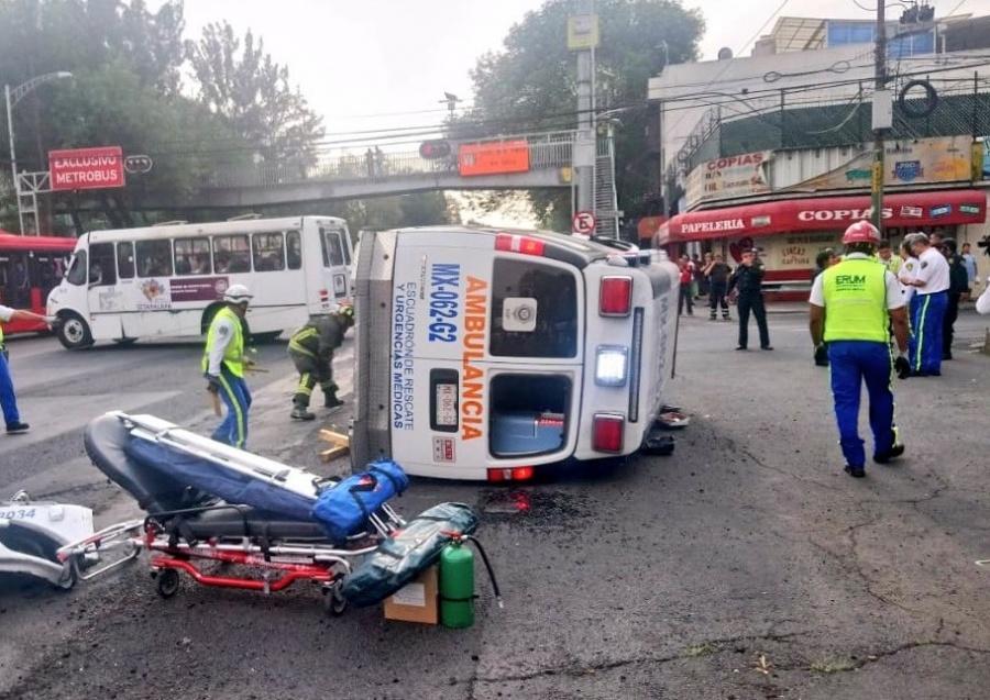 Vuelca ambulancia del ERUM tras choque con tráiler en Iztacalco