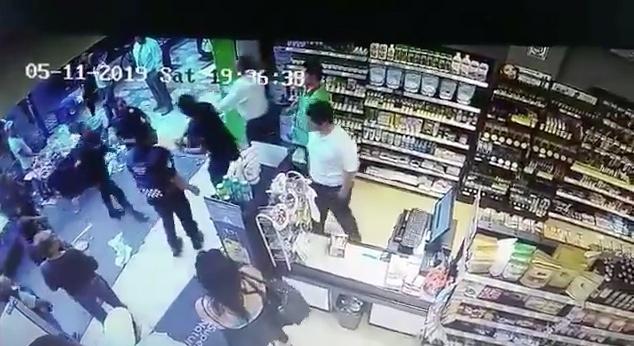 Policía roba celular cuando es captado en abuso de autoridad