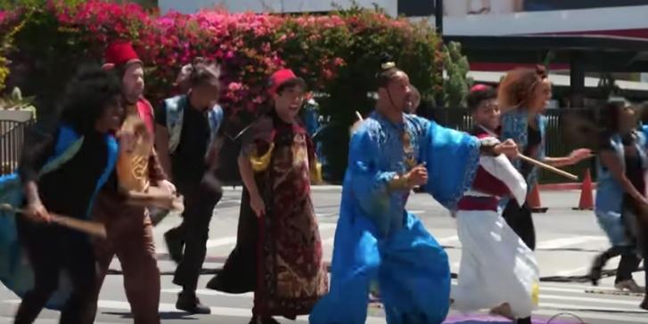 Elenco de Aladdin, monta show en calles de Los Angeles